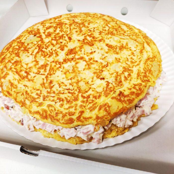 Tortilla rellena de jamón y alioli