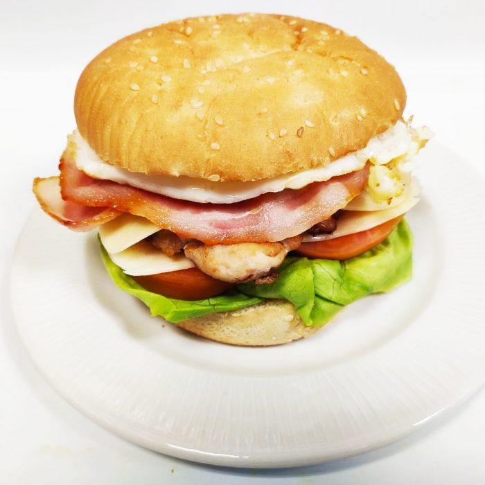 Hamburguesa de pollo completa con bacón y huevo