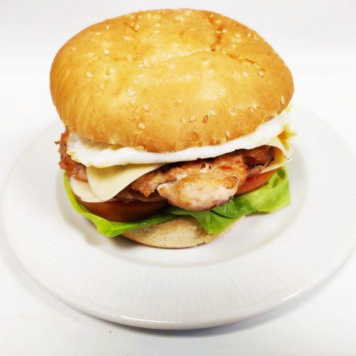 Hamburguesa de pollo completa con huevo
