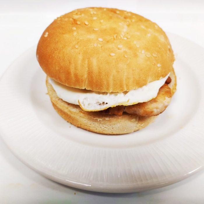Hamburguesa de pollo sola con huevo