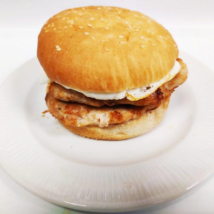 Hamburguesa de pollo sola doble con huevo