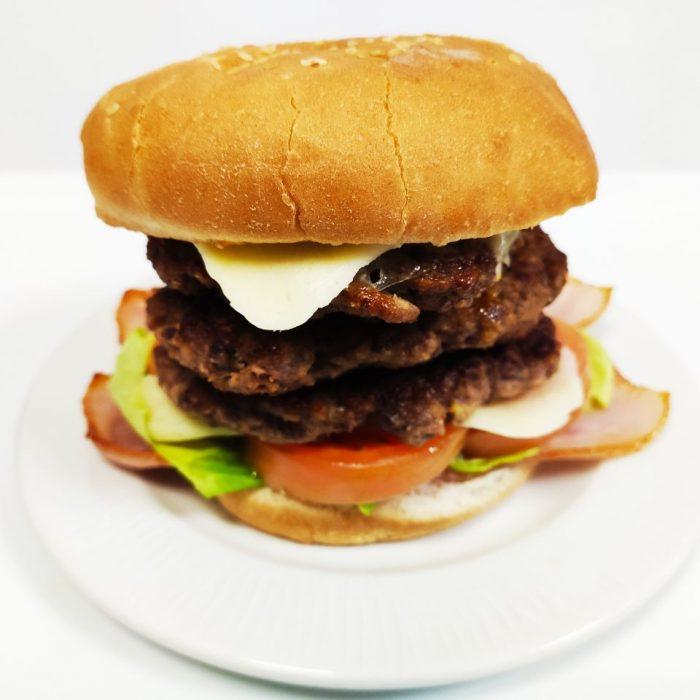 Hamburguesa de ternera completa triple con bacón