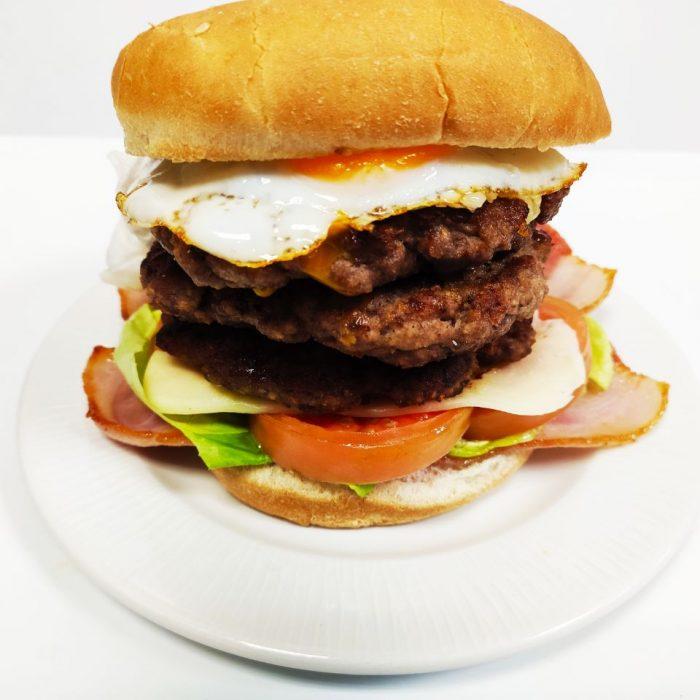Hamburguesa de ternera completa triple con bacón y huevo