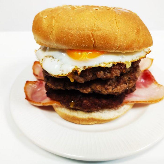 Hamburguesa de ternera sola triple con bacón y huevo