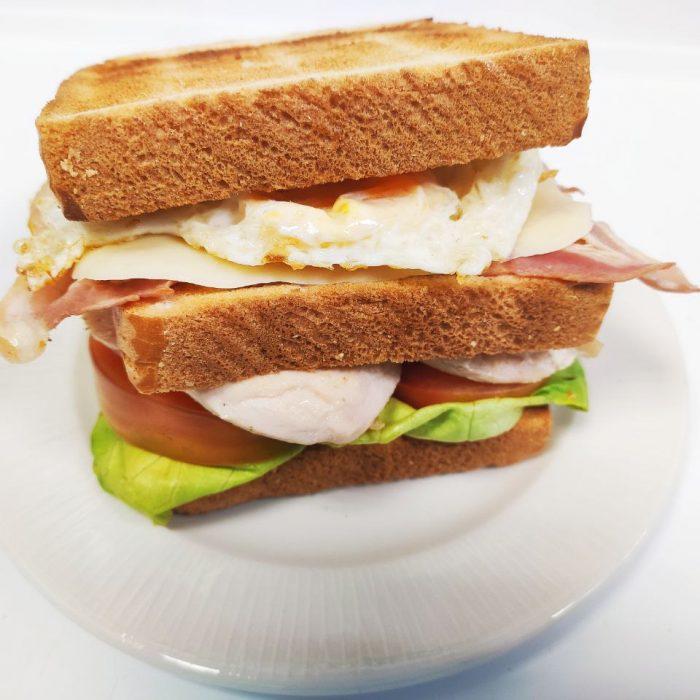 Sandwich de pechuga de pollo con bacón queso mozarela y huevo frito