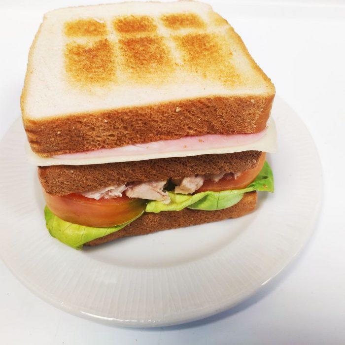 Sandwich vegetal con jamón york y queso